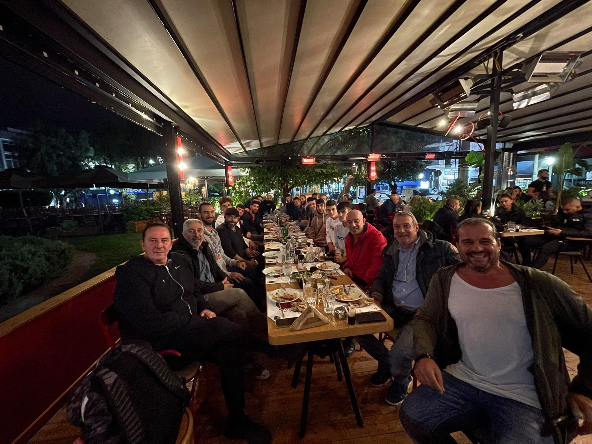 IΣτιγμές χαλάρωσης για τους Άνδρες της Ένωσης Ιλίου στο Enzzo Cook Bar!